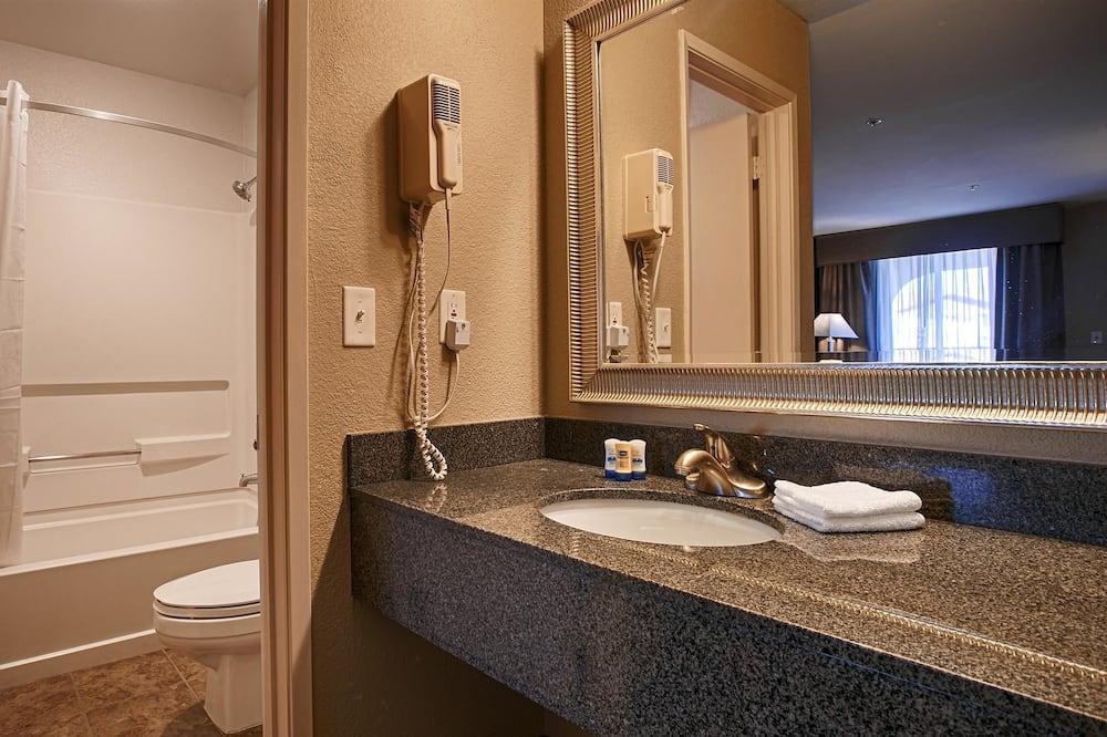Standardzimmer, 1King-Bett, barrierefrei, Badewanne - Badezimmer