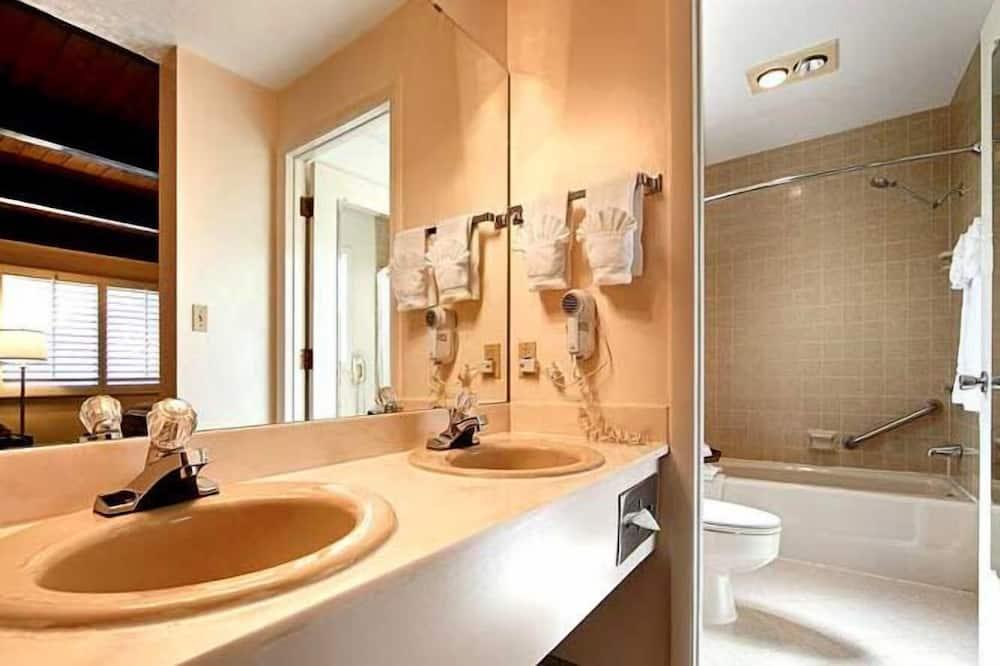 2 Queen Ground Floor - Bathroom