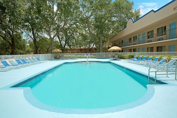 Picture of Travelodge Suites by Wyndham Kissimmee Orange in Kissimmee