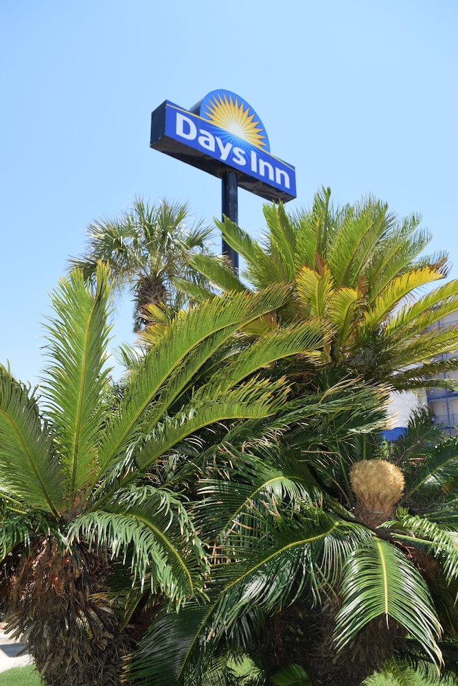 Book Days Inn By Wyndham Panama City Beach/Ocean Front In