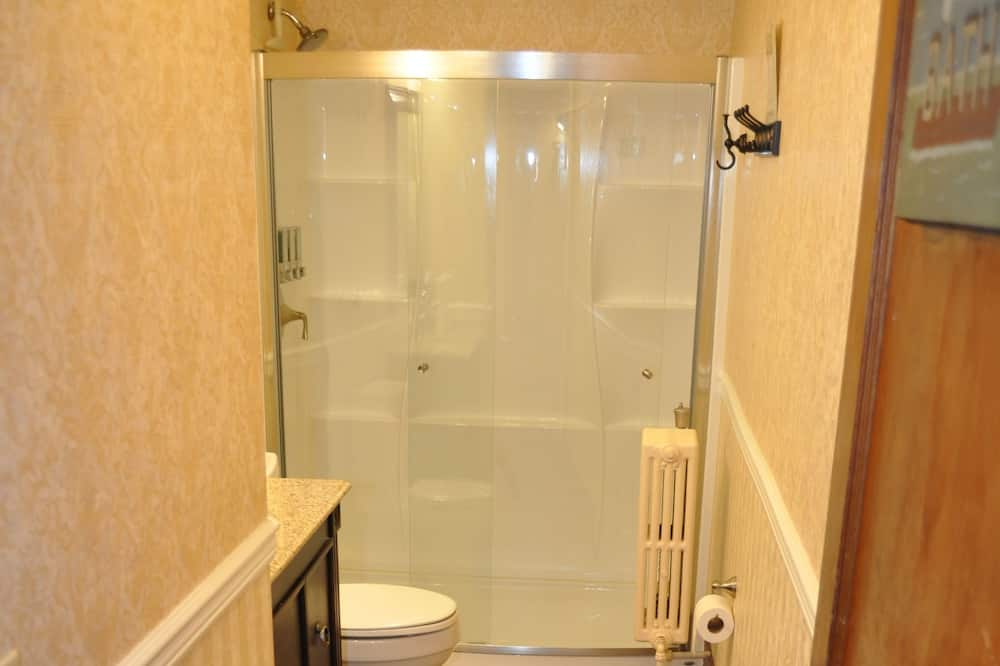 Economy Room, 2 Twin Beds, Shared Bathroom, No Elevator Access (Historic Wing) - Bathroom