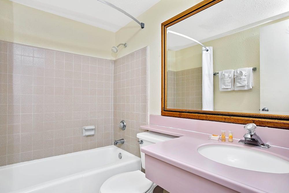 Zimmer, 2Doppelbetten - Badezimmer
