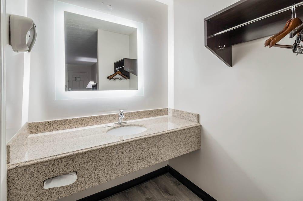 Deluxe szoba, 2 queen (nagyméretű) franciaágy, nemdohányzó (Refrigerator & Microwave) - Fürdőszoba