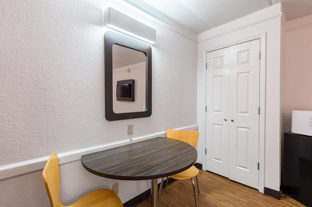 豪華客房, 2 張標準雙人床, 非吸煙房, 冰箱和微波爐 - 迷你冰箱