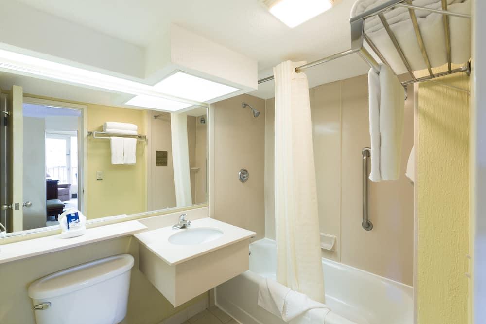 Phòng phong cách cổ điển, 1 giường cỡ king, Ban công, Quang cảnh thành phố - Phòng tắm