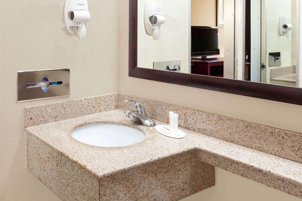 Номер, 2 двуспальные кровати «Квин-сайз», для некурящих - Раковина в ванной комнате