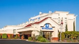 Choose This 3 Star Hotel In Visalia
