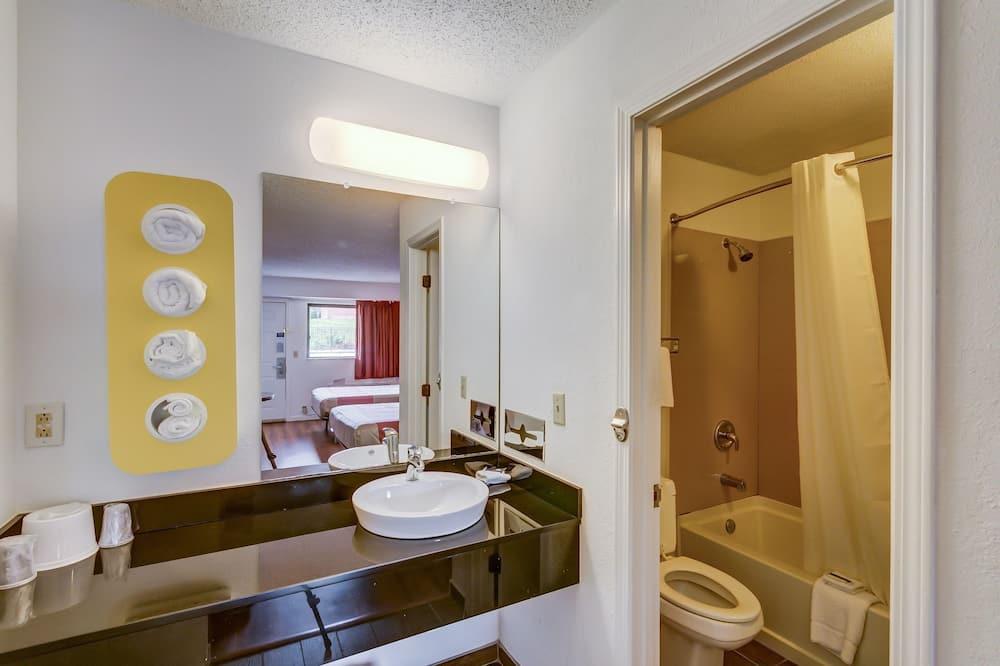 Deluxe soba, 2 queen size kreveta, za pušače, hladnjak i mikrovalna pećnica - Kupaonica