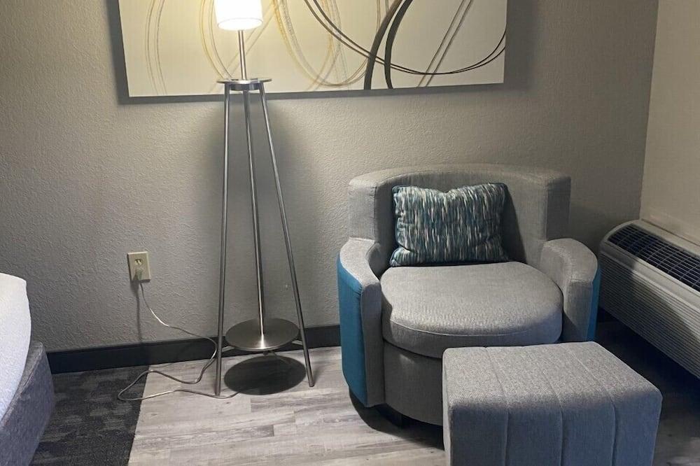 Room, 2 Queen Beds, Non Smoking - Living Area