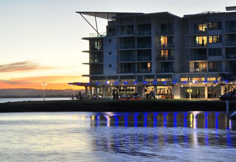Ramada Hotel and Suites Ballina Byron, Баллина, Фасад отеля вечером/ночью