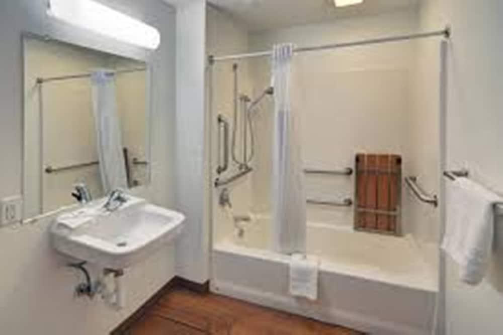 Chambre Standard, 1 grand lit, accessible aux personnes à mobilité réduite, non-fumeurs - Salle de bain