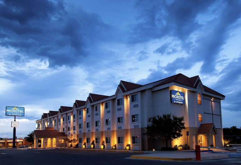 Microtel Inn & Suites by Wyndham Chihuahua, Chihuahua, Hotel Front – Evening/Night