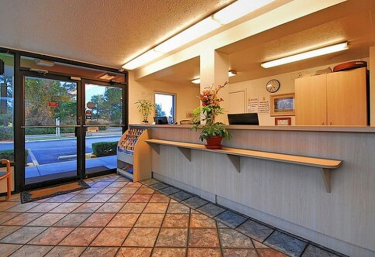 Super 6 Inn & Suites, Pensacola, Ieejas interjers