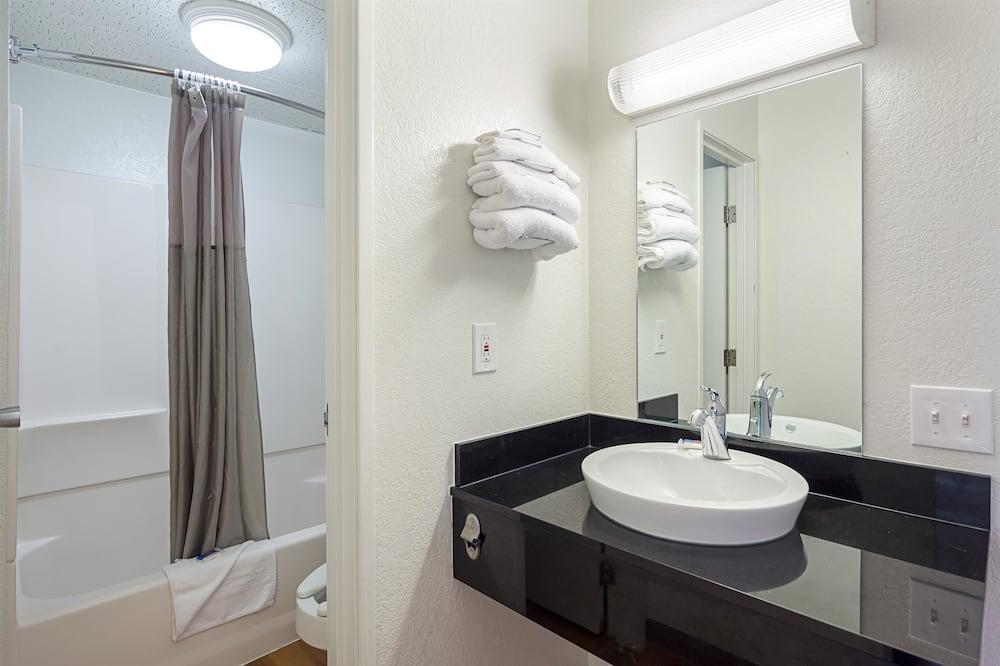 Deluxe szoba, 1 queen (nagyméretű) franciaágy, nemdohányzó, hűtőszekrény és mikrohullámú sütő - Fürdőszoba