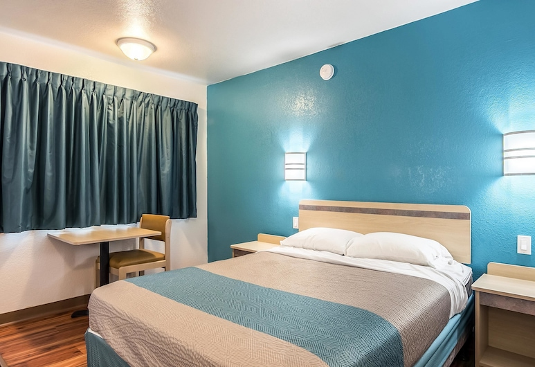 Motel 6 Janesville, WI, Janesville, Standard Room, 1 Queen Bed, Non Smoking, Guest Room