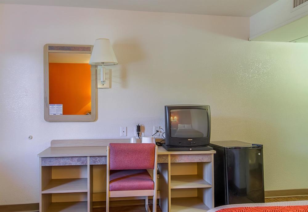 Motel 6 Russellville AR, Russellville, Living Area