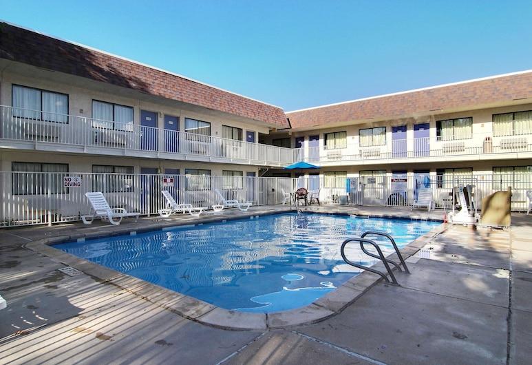 德克薩斯拉波克 6 號汽車旅館, 勒波克, 泳池