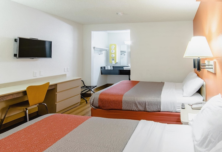 Motel 6 Medford, OR - North, Medford, Deluxe Room, 2 Queen Beds, Non Smoking, Refrigerator & Microwave, Guest Room
