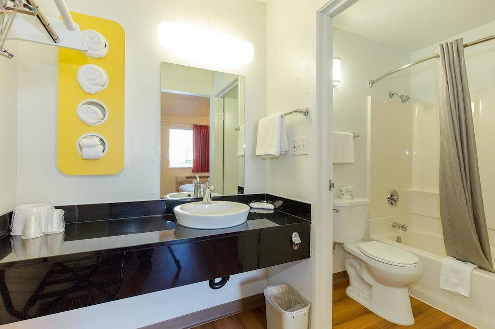 Deluxe Δωμάτιο, 2 Διπλά Κρεβάτια, Μη Καπνιστών, Ψυγείο - Μπάνιο