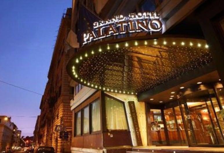 FH55 Grand Hotel Palatino, Rom, Hotelfassade am Abend/bei Nacht