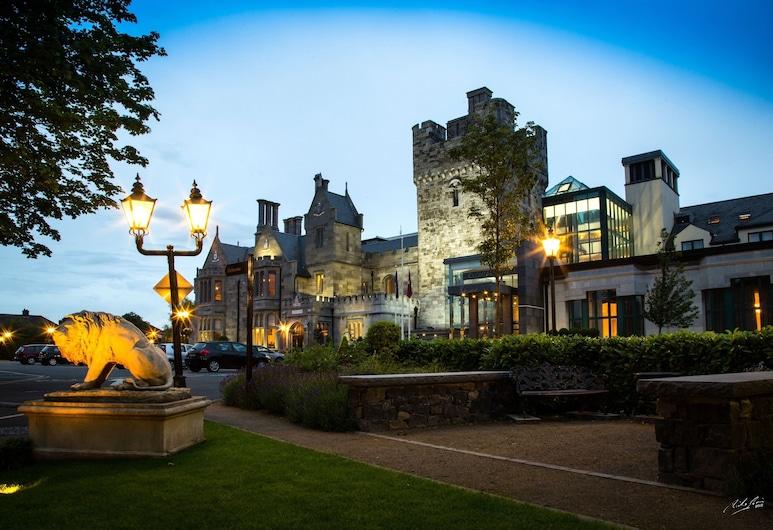 Clontarf Castle Hotel, Dublin, Hotelfassade am Abend/bei Nacht
