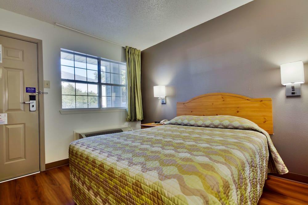 Standard Room, 1 Queen Bed, Accessible, Smoking - Guest Room