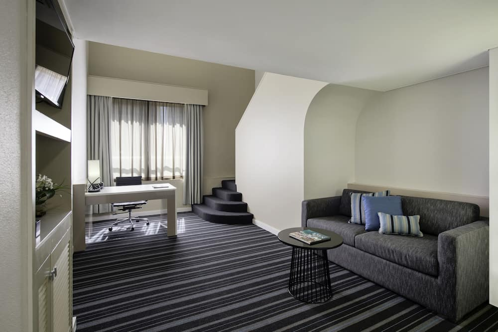 1 Bedroom Suite, 1 King Bed - Living Area