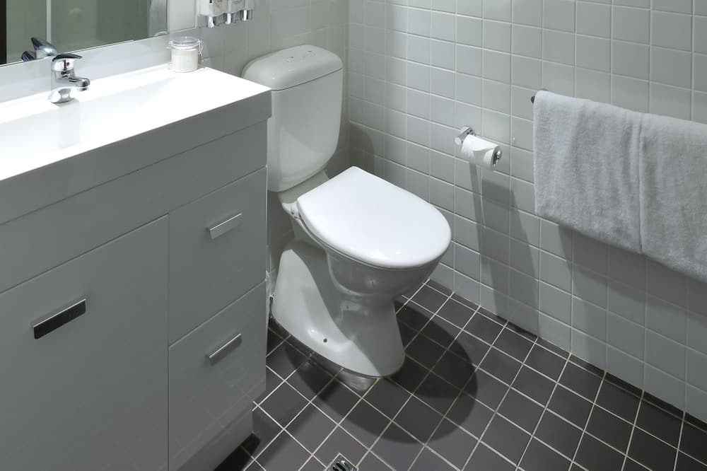 Compact Queen Room - Bathroom