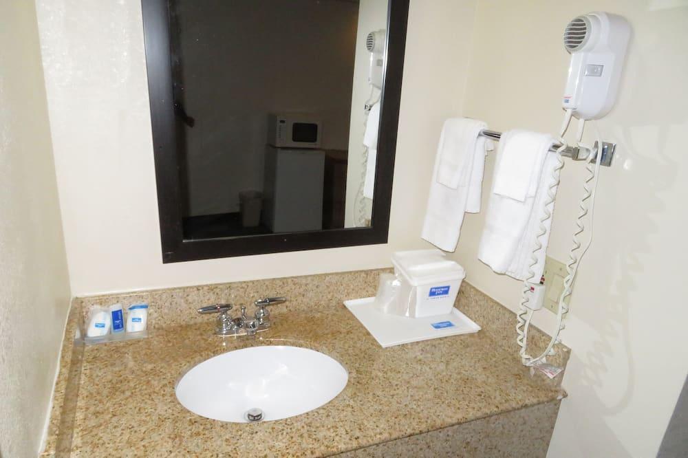Standard szoba, 1 king (extra méretű) franciaágy, nemdohányzó - Mosdó a fürdőszobában