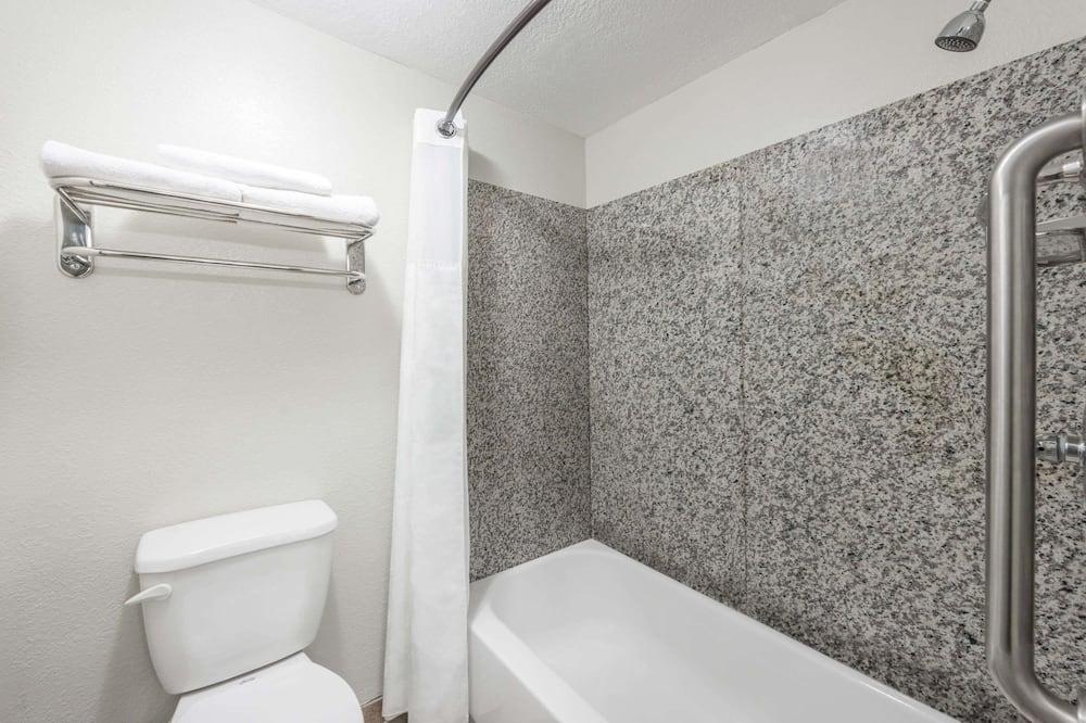Standard Room, 1 King Bed, Non Smoking, Refrigerator - Bathroom