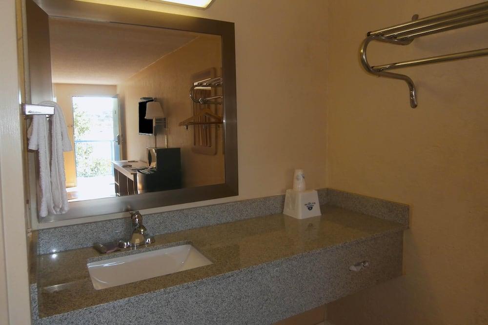 Huone, 1 suuri parisänky, Tupakointi kielletty - Kylpyhuoneen pesuallas