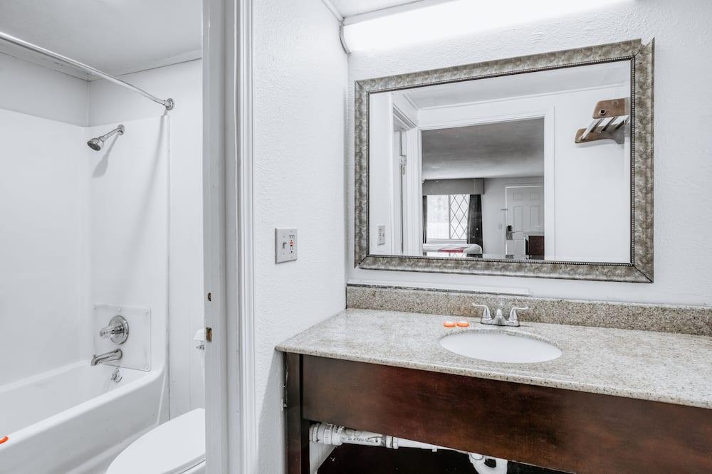 Aukštesnės klasės kambarys, 2 didelės dvigulės lovos, Rūkantiesiems - Vonios kambarys