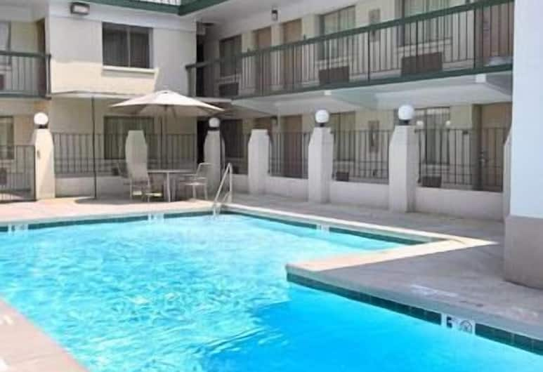 Super 8 by Wyndham Charlotte Downtown Area, Charlotte, Pool