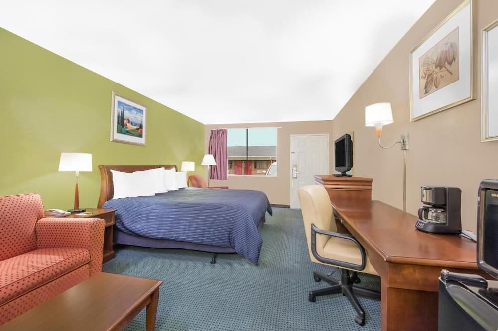 Room, 1 King Bed, Non Smoking, Refrigerator & Microwave - Guest Room