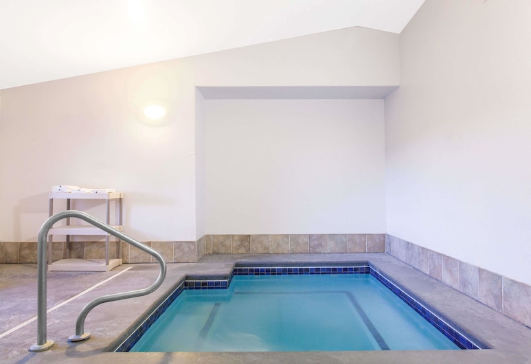 Super 8 by Wyndham McCall, McCall, Indoor Spa Tub