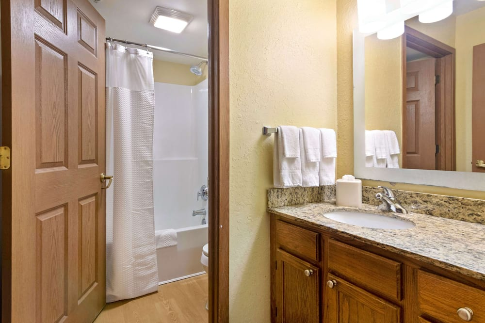 Premium Studio, Non Smoking, Refrigerator & Microwave - Bathroom