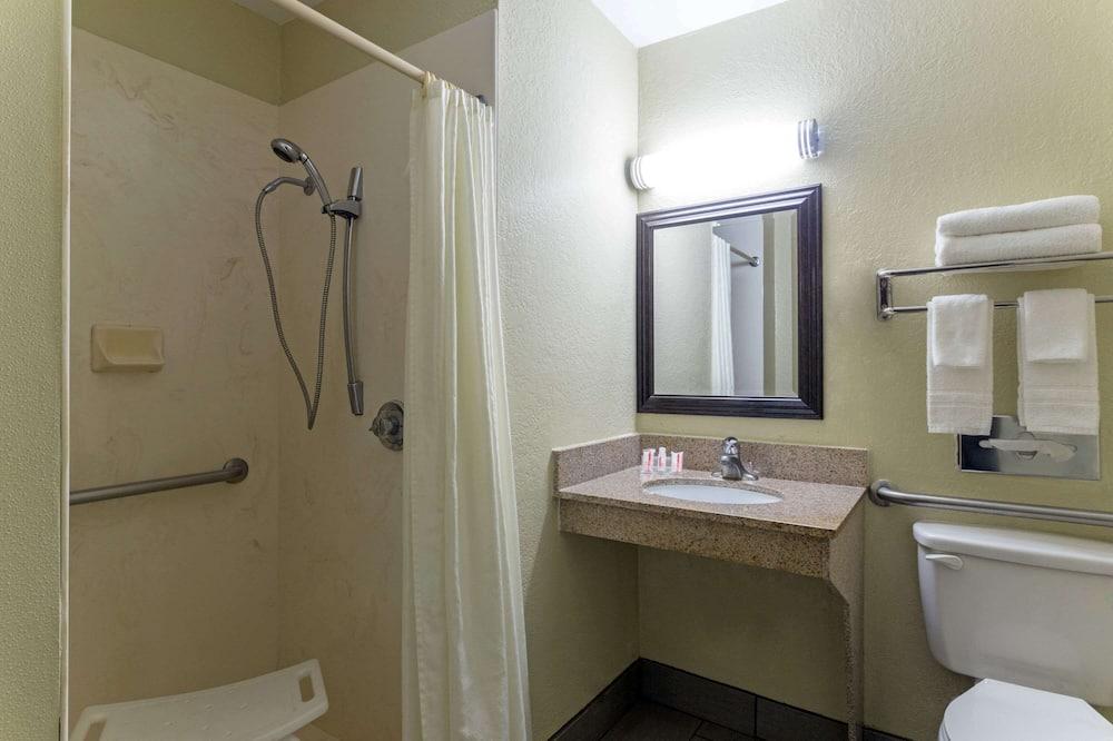 客房, 1 張加大雙人床, 無障礙, 吸煙房 (Mobility) - 浴室淋浴