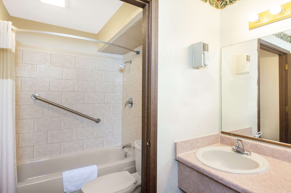 Room, 1 King Bed, Accessible, Non Smoking (Mobility) - Bathroom