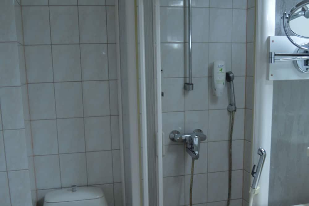 Phòng 2 giường đơn Economy - Bồn tắm vòi sen trong phòng tắm