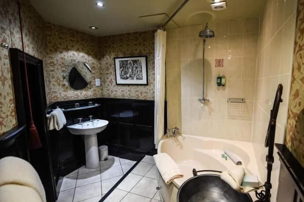 Castle Deluxe Room - Bathroom