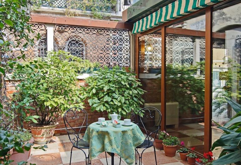 Hotel La Fenice Et Des Artistes, Venice, Garden