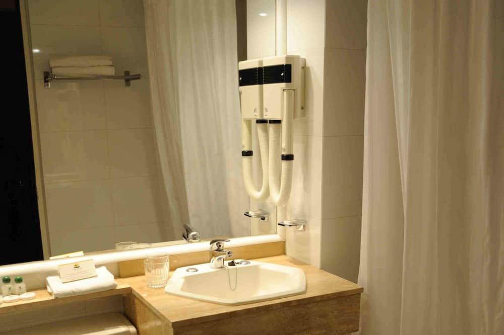 חדר סטנדרט זוגי, מיטת קווין - חדר רחצה