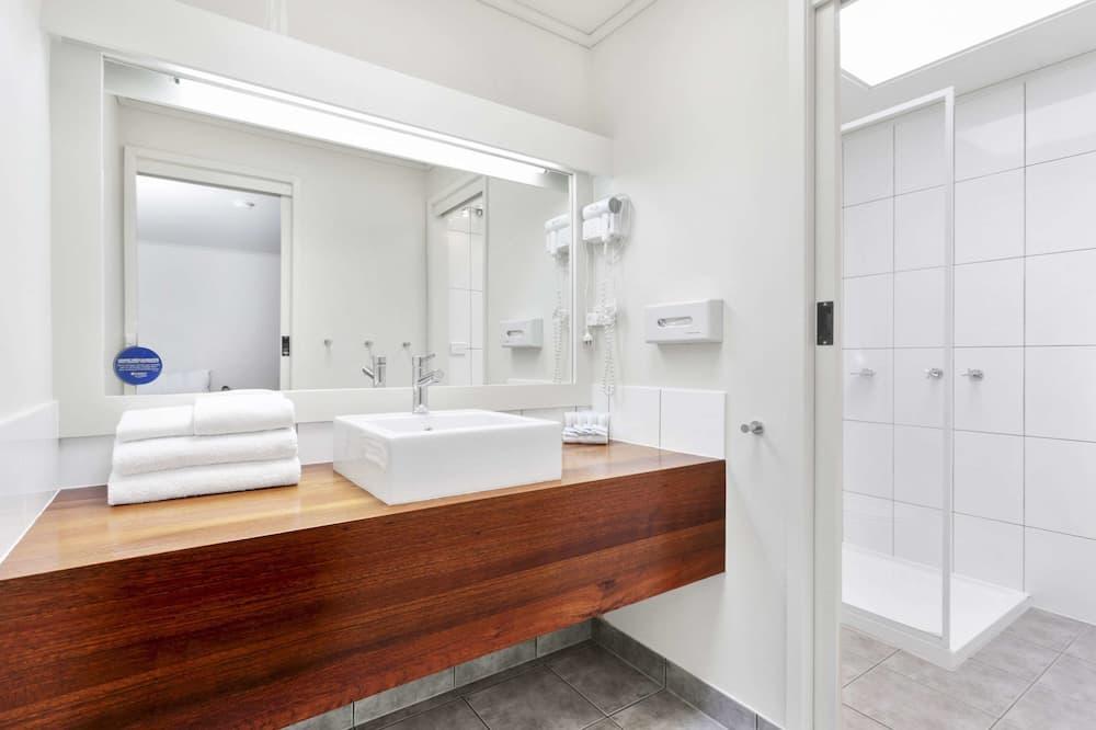 ファミリー ルーム ベッド (複数台) - バスルーム