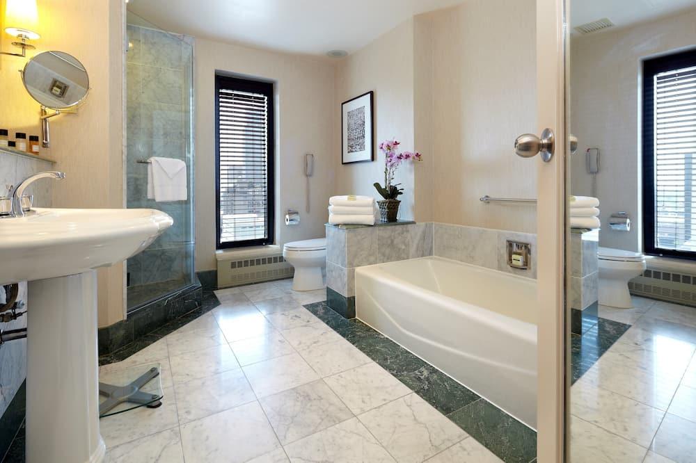 Premium Room, 1 King Bed, Corner - Bathroom