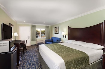Picture of Travelodge by Wyndham Orange County Airport/ Costa Mesa in Costa Mesa