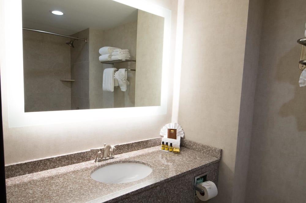 Standard Room, 2 Queen Beds, Non Smoking, Refrigerator - Bathroom