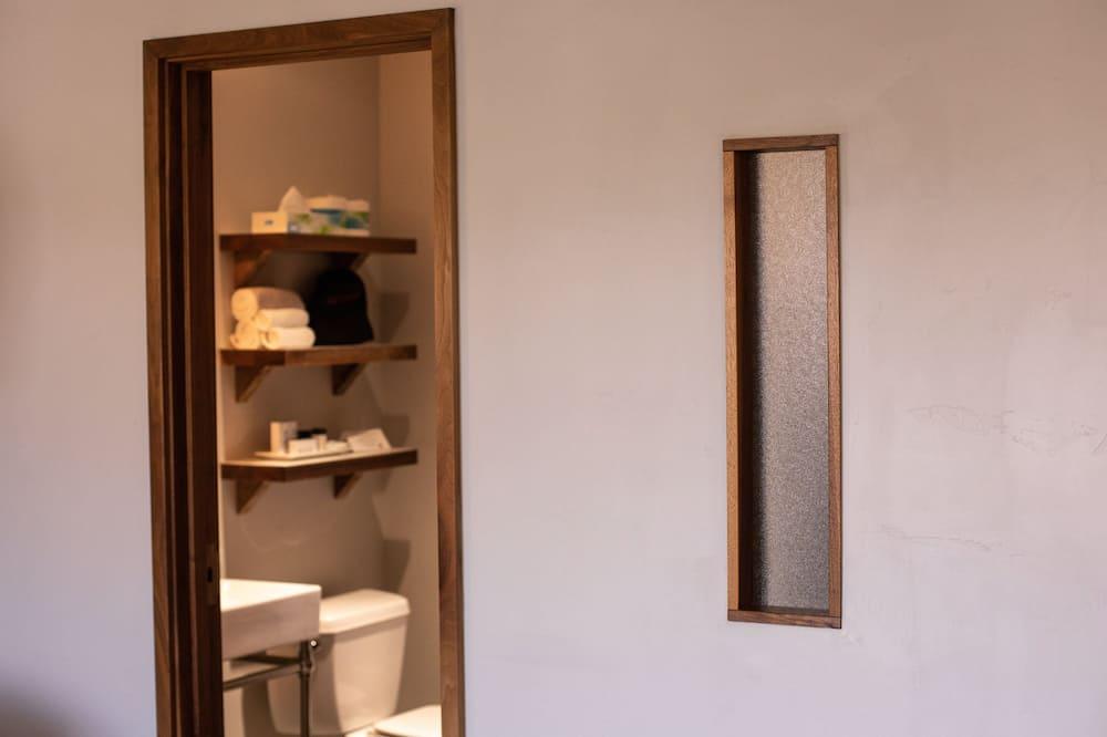 Design Room, 1 King Bed, Courtyard Area - Bathroom