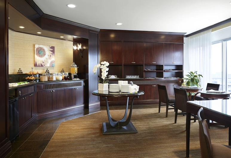 Delta Hotels by Marriott Montreal, Montreal, Club Room, 1 King Bed, Business Lounge Access, Hotel Bar