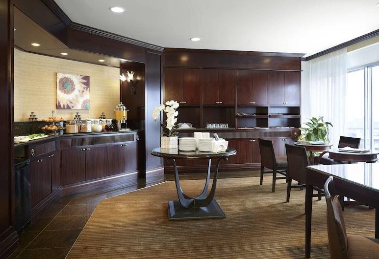 Delta Hotels by Marriott Montreal, Montréal, Chambre Club, 1 très grand lit, accès salon affaires, Bar de l'hôtel