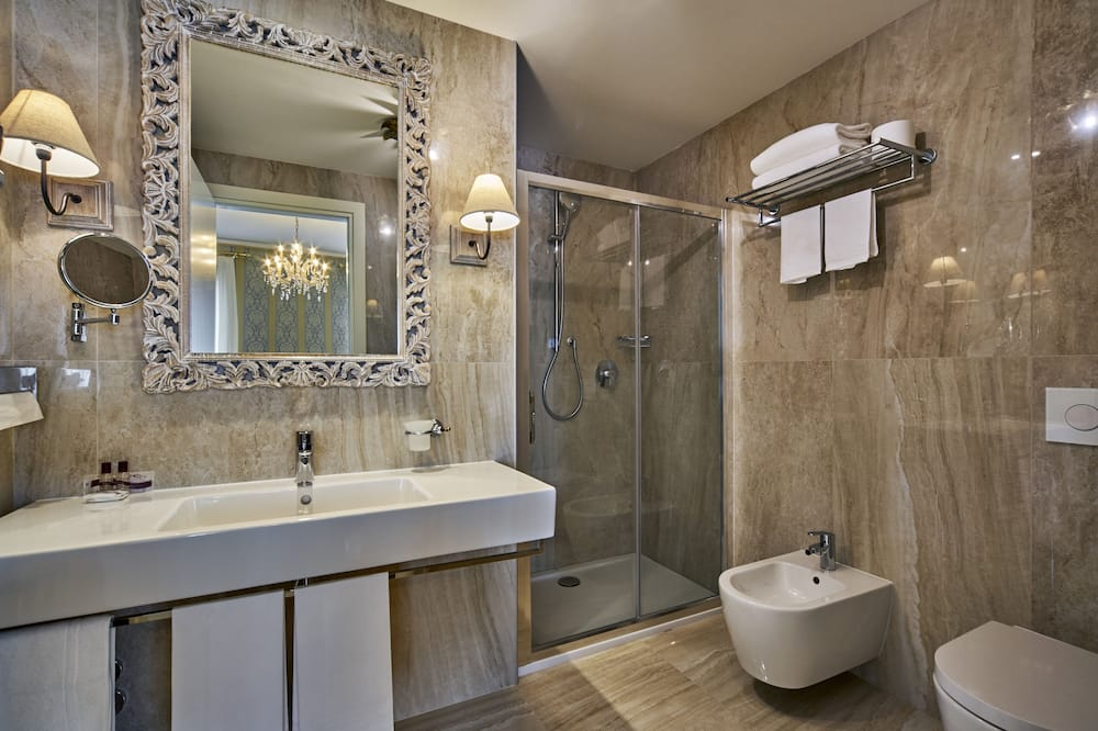 Deluxe Double Room, Canal View - Bathroom
